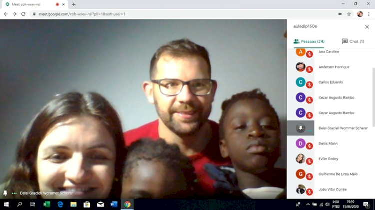 Família que adotou irmãos de Guiné-Bissau participa de aula com acadêmicos de Direito da Setrem