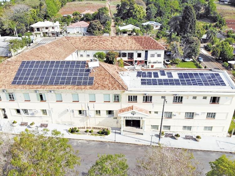 Prédio da prefeitura recebe  placas de energia solar
