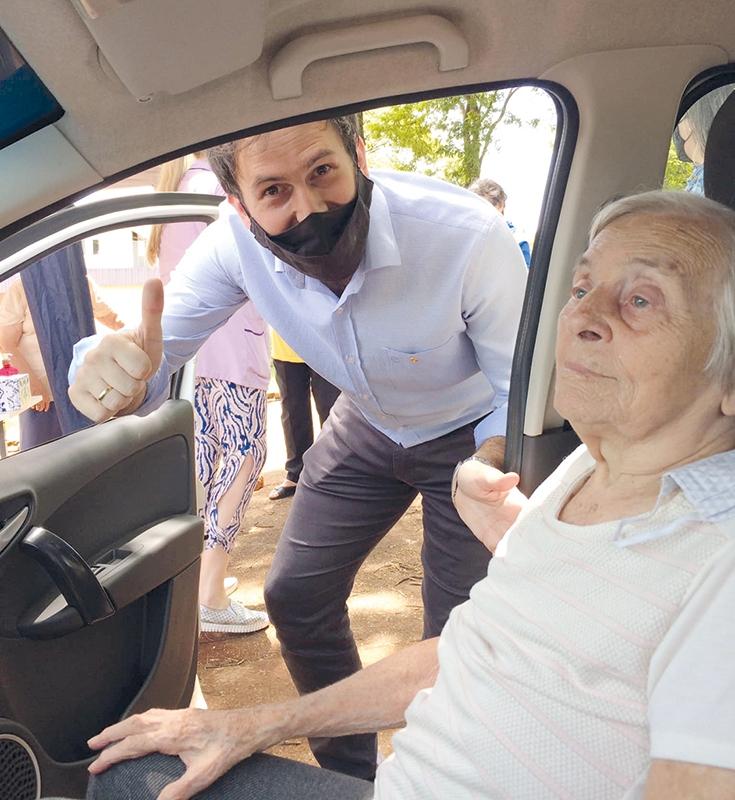 Alegria e sensação  de alívio marcam a vacinação dos  idosos acima  dos 85 anos