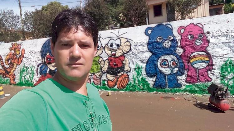 Grafiteiro usa arte  para embelezar e alegrar a cidade