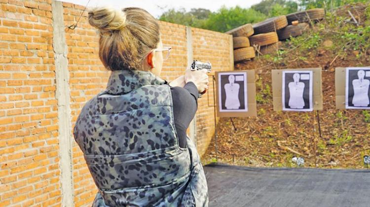 Cresce participação feminina na compra  de armas e em clube de tiro